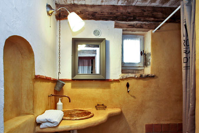 Tadelak in the bathroom in the Oustal du Potager gite, Sarlat