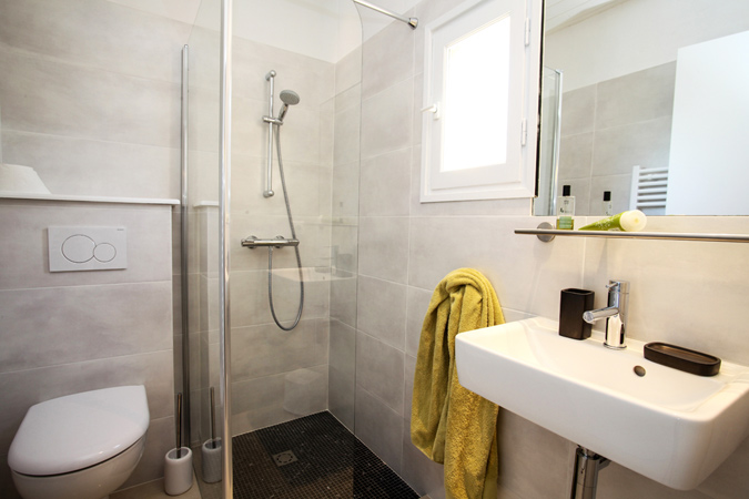 Modern bathroom in a studio apartment in Sarlat in the Dordogne