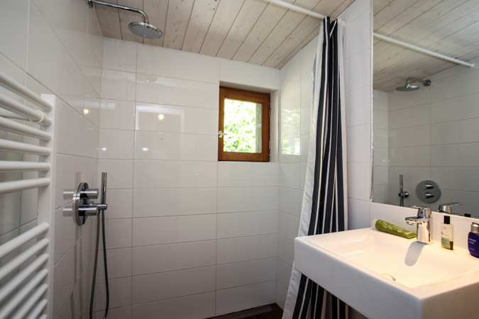 Light-filled bathroom in an orchard studio apartment for rent, Sarlat