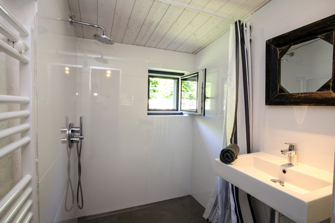 Modern shower in the Abelia studio apartment for rent in Sarlat