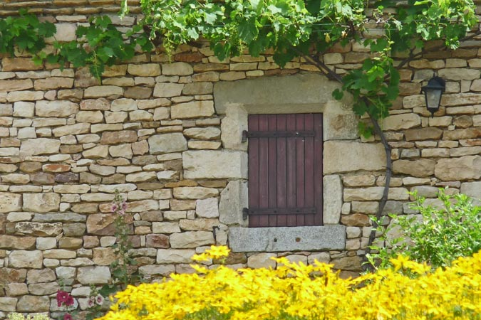Flowers and drystone wall at the Métairie Basse in Sarlat